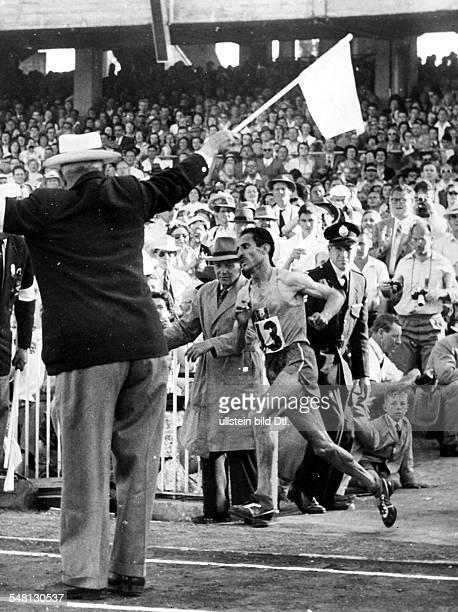 Marathon Olympiasieger Alain Mimoun läuft in das Olympiastadion ein Dezember 1956