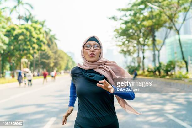 marathon runner and cancer survivor - showus stock pictures, royalty-free photos & images