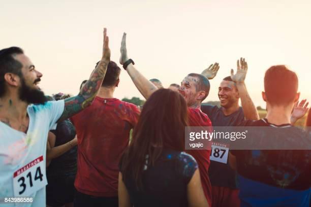 marathon-läufer nach dem rennen - mannschafts wettbewerb stock-fotos und bilder