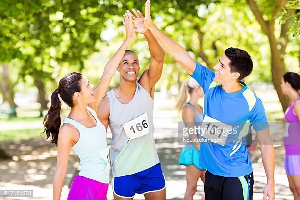 Marathon-Läufer geben hohe fünf im Park