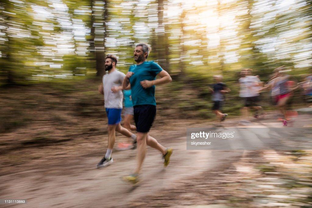 Marathonläufer In Verschwommener Bewegung Laufen Ein
