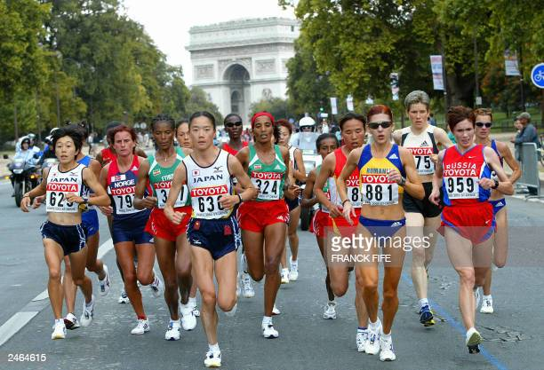 Marathon runners race infront of the Arc de Triomphe 31 August 2003 during the 9th IAAF World Athletics Championships at the Stade de France in...