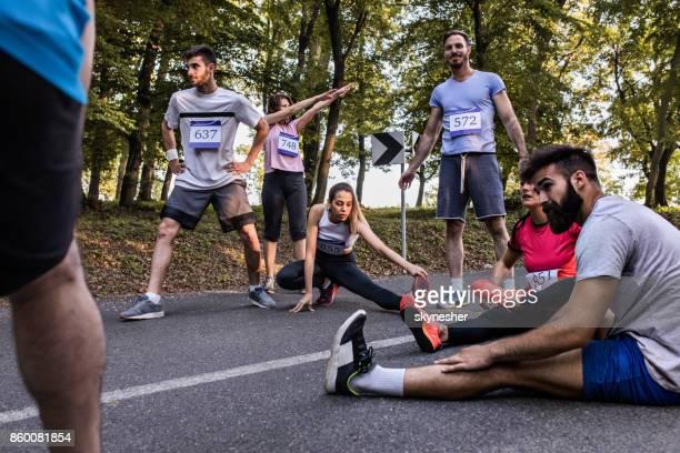 Marathon-Läufer auf der Straße vor dem Rennen Aufwärmen.