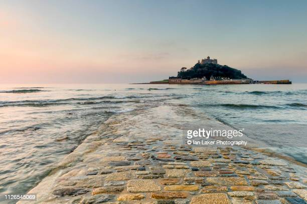marazion, cornwall, england. 12 october 2015. early morning view of old causeway to st. michael's mount, cornwall, england, uk. - cornovaglia foto e immagini stock