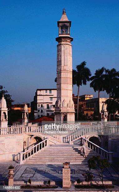 marble pillar and shrines in the grounds of the digambara jain temple. - digambara stock-fotos und bilder