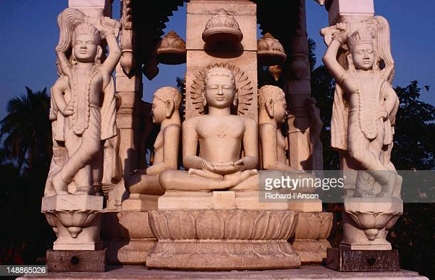 marble sculptures adorning a shrine in the grounds of the digambara jain temple. - digambara stock-fotos und bilder