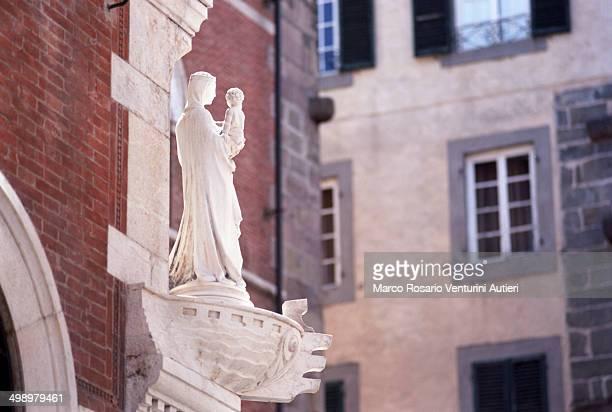 statua in marmo in città (lucca, italia) - madonna del rosario foto e immagini stock
