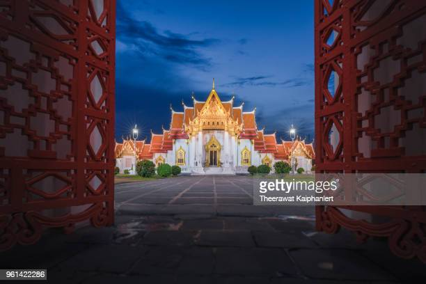 marble temple (wat benchamabophit) at night, bangkok, thailand - wat benchamabophit stock photos and pictures
