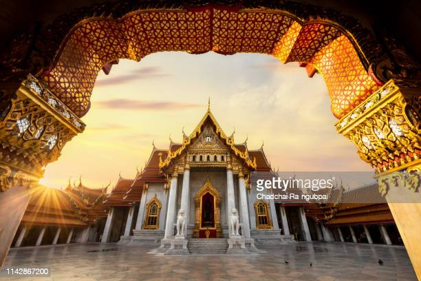 marble temple (wat benchamabophit) in reflection, bangkok - grand palace bangkok stock pictures, royalty-free photos & images