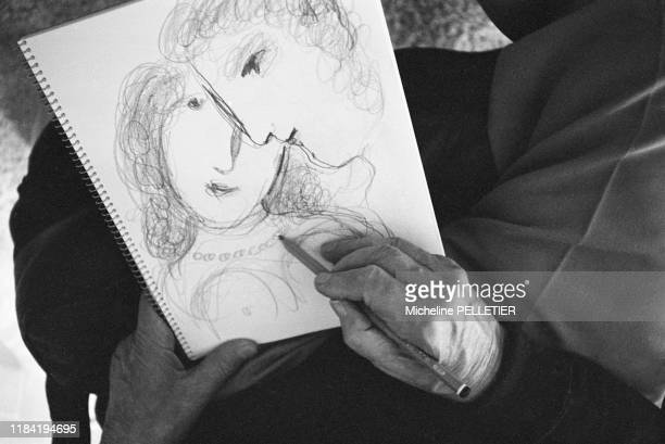 Marc Chagall dessine à la fin des années 1970, France.