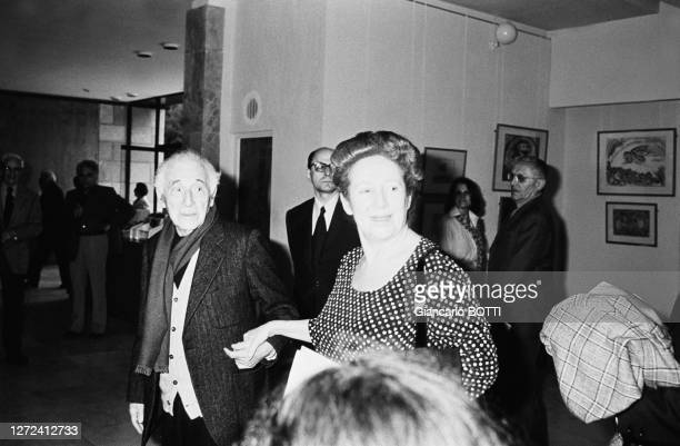 """Marc Chagall et sa fille Ida au Musée du Louvre lors de l'inauguration d'une exposition de ses """"peintures récentes"""", le 17 octobre 1977."""