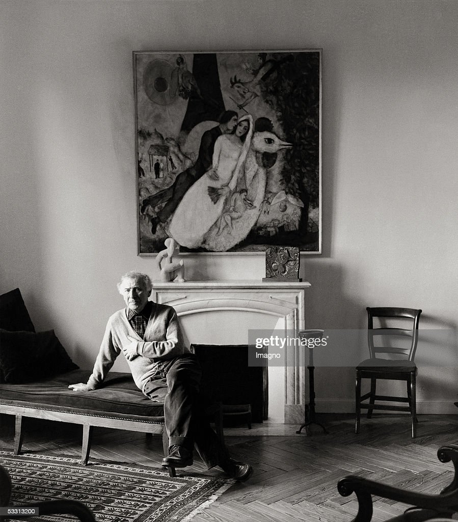 Marc Chagall in his mansion 'Alpes Maritimes' in St.Paul-de-Vence. Photography. France. 1957. (Photo by Imagno/Getty Images) [Marc Chagall in seiner Villa 'Alpes Maritimes' in St.Paul-de-Vence. Photographie. Frankreich. 1957.]
