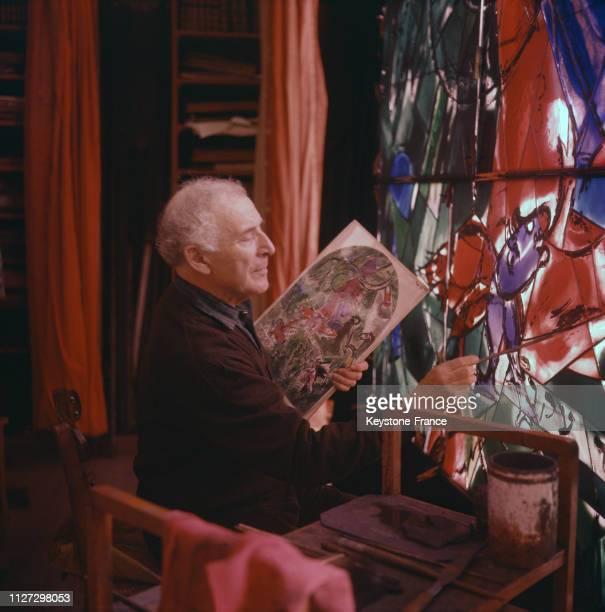 Marc Chagall travaillant sur les vitraux de la synagogue de Jérusalem en 1968, en Israël.