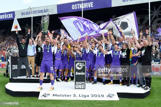 Marc Heider 1 FC Magdeburg and team mates celebrate with the third League trophy after the 3 Liga match between between VfL Osnabrueck and SpVgg...