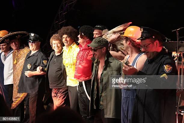 Marc Marshall und Jay Alexander vom GesangsDuo Marshall Alexander Stargast Tony Marshall Musiker als Village People verkleidet Finale Konzert Rund um...