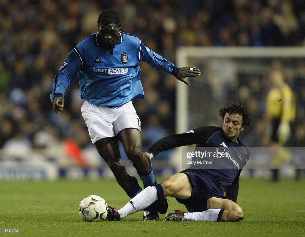 Marc Vivien Foe of Manchester City and Simon Davies of Tottenham Hotspur : News Photo