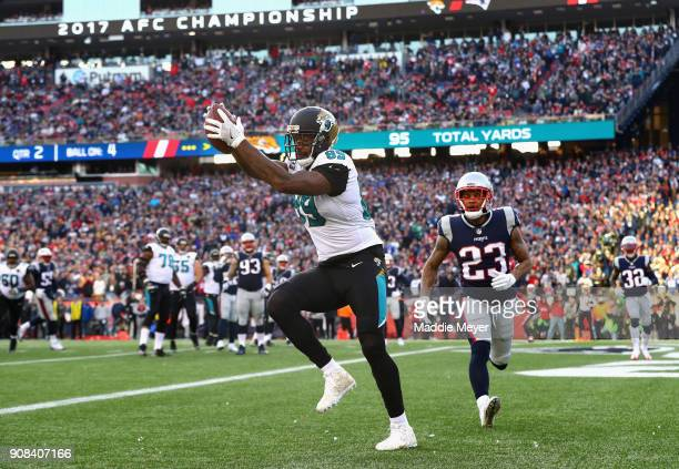 Marcedes Lewis of the Jacksonville Jaguars catches a touchdown pass in the first quarter during the AFC Championship Game against the New England...