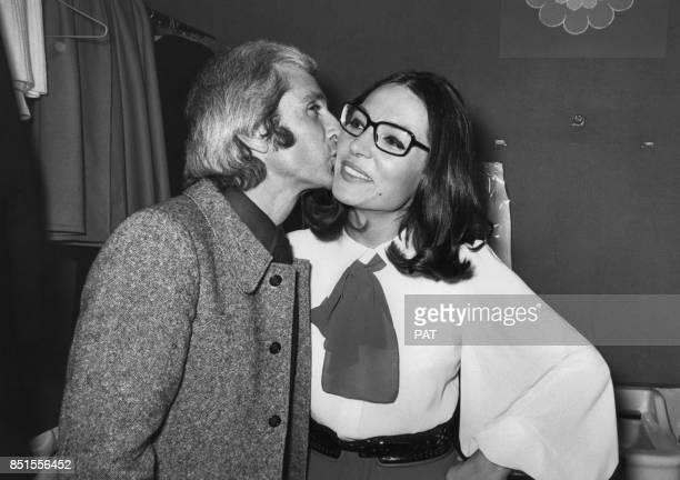 Marcel Amont félicite Nana Mouskouri dans sa loge à l'Olympia le 8 octobre 1971 à Paris France