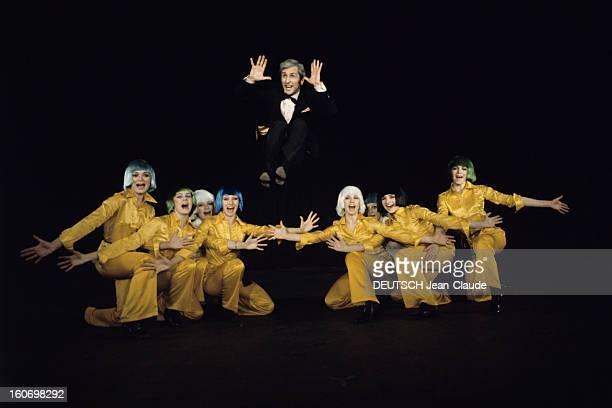 Marcel Amont Launches His 'amont Tour' Paris avril 1970 A l'occasion de son show 'AMONT Tour' le chanteur Marcel AMONT en costume noir et noeud...