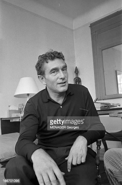 Marcel Camus 7 avril 1960 le réalisateur Marcel CAMUS à l'occasion de la sortie de son film 'Les Pionniers' Dans un bureau Marcel CAMUS assis sur une...