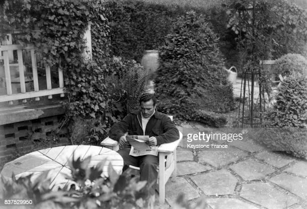 Marcel Cerdan se repose et lit avant le match qui l'opposera à Charron dans le jardin à BoisLeRoi France en mai 1946