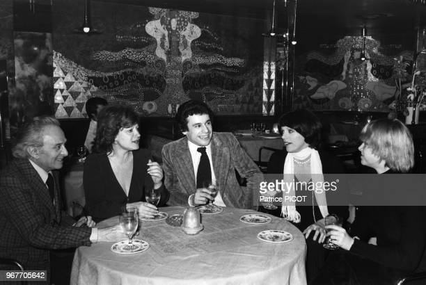 Marcel Dalio Régine Francis Perrin Annie Duperey et sa soeur lors d'un diner à Paris le 17 avril 1974 France