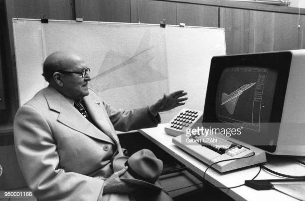 Marcel Dassault président des usines 'DassaultBreguet' dans son bureau d'etudes devant le nouvel ordinateur dessinant des avions en 3 dimensions...