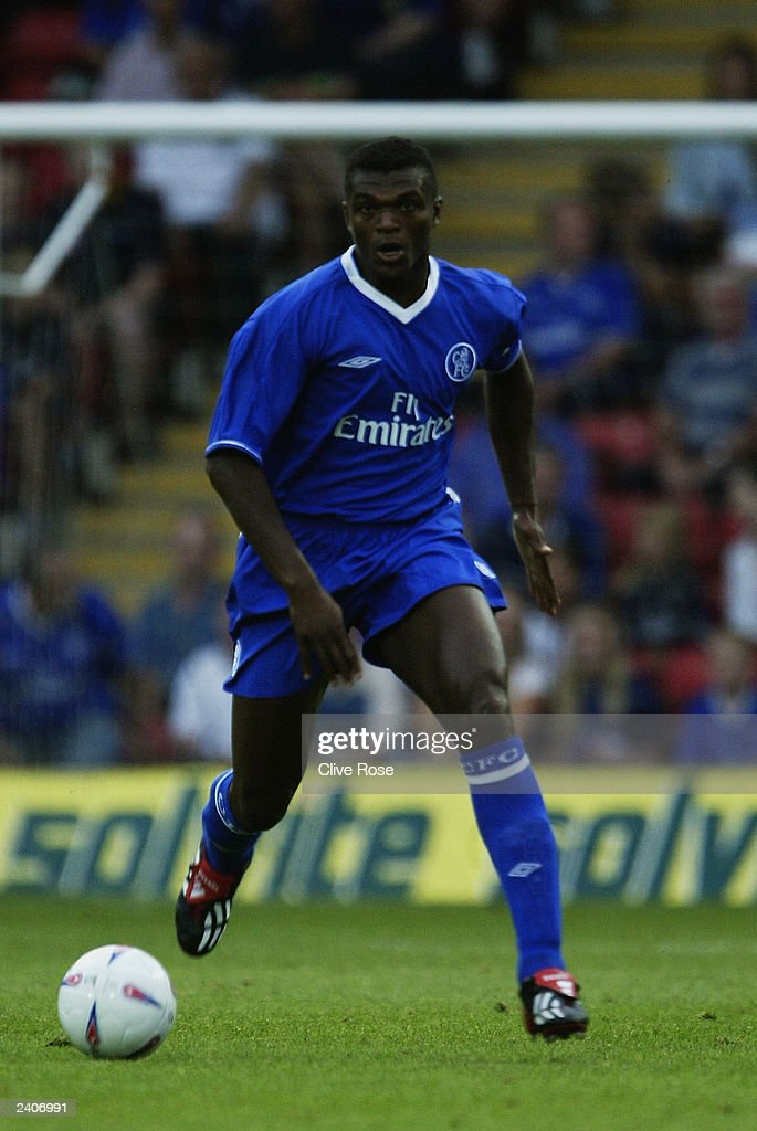 Marcel Desailly of Chelsea running with the ball : News Photo
