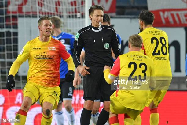 Marcel Hartel Felix Kroos and Christopher Trimmel of Berlin argue with referee Tobias Reichel after the Second Bundesliga match between DSC Arminia...
