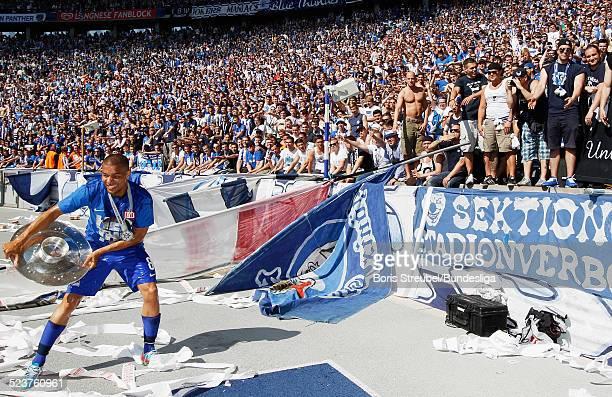 Marcel Ndjeng von Hertha BSC und die Fans bejubeln die 2 Bundesliga Meisterschaft und den Aufstieg in die 1 Bundesliga nach dem nach dem...