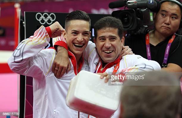 Marcel Nguyen gewinnt die Silbermedaille am Barren und freut sich mit seinem Trainerv Valeri Belenki Olympische Sommerspiele 2012 London Turnen...