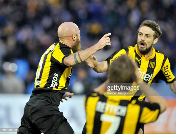 Marcel Novick of Peñ–arol celebrates with teammates after scoring the tying goal during a match between Peñarol and Nacional as part of Torneo...