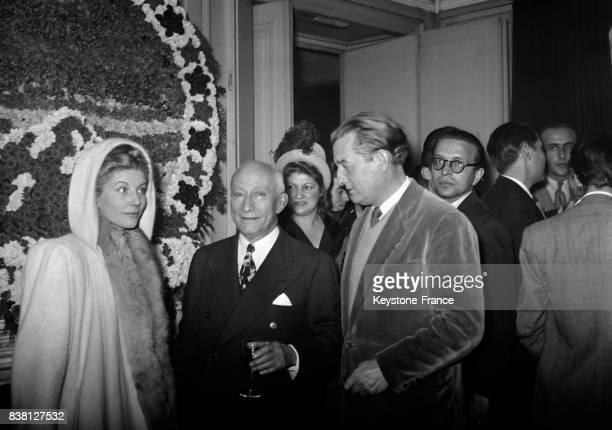 Marcel Pagnol et sa femme Jacqueline Bouvier s'entretiennent avec Adolph Zukor , directeur de la Paramount, chez Maxim's à Paris, France en 1946.