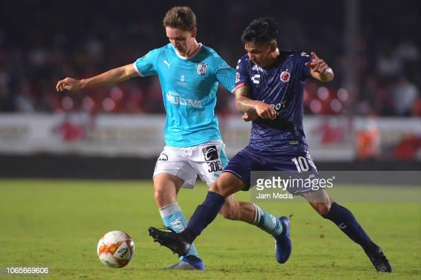 Marcel Ruiz of Queretaro fights for the ball with Joe Abrigo of Veracruz during a 16th round match between Veracruz and Queretaro as part of Torneo...