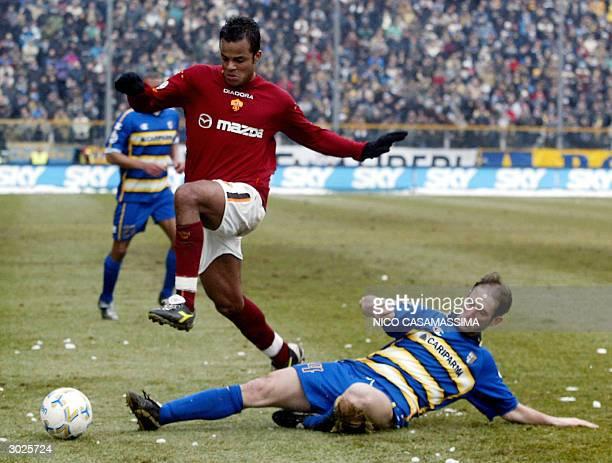 Marcello Castellini of Parma takles AS Roma's Amantino Faili Mancini during their football match at Tardini stadium in Parma 29 February 2004 AS Roma...
