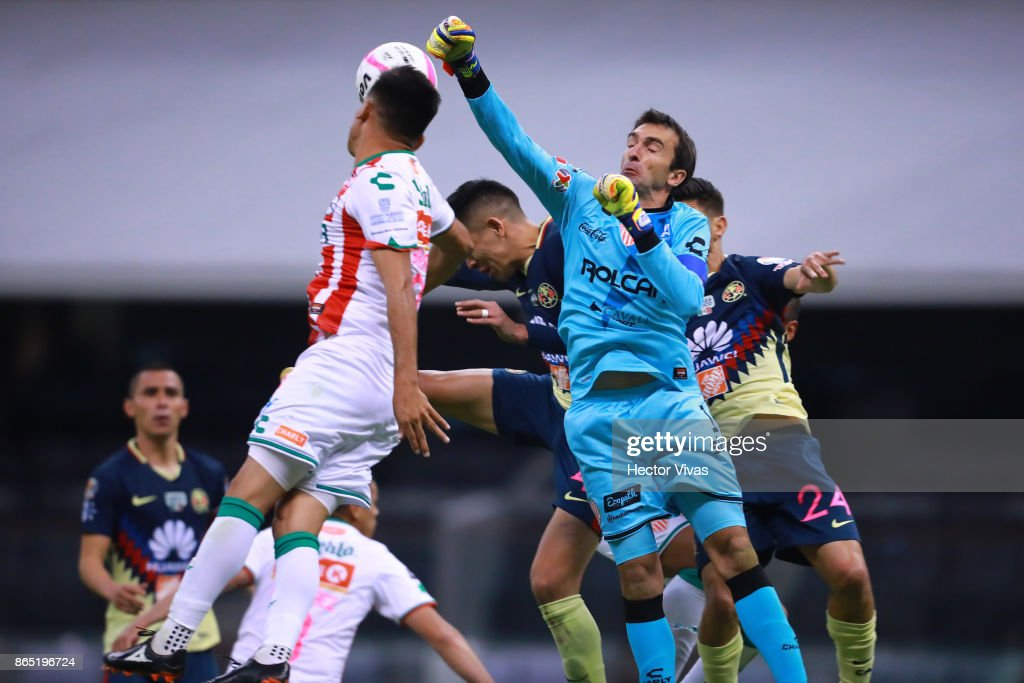 Marcelo Barovero goalkeeper of Necaxa rejects the ball during the 14th round match between America and Necaxa as part of the Torneo Apertura 2017 Liga MX at Azteca Stadium on October 21, 2017 in Mexico City, Mexico.