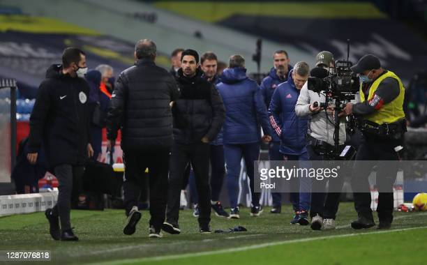 Marcelo Bielsa Manager of Leeds United and Mikel Arteta Manager of Arsenal embrace at the final whistle during the Premier League match between Leeds...