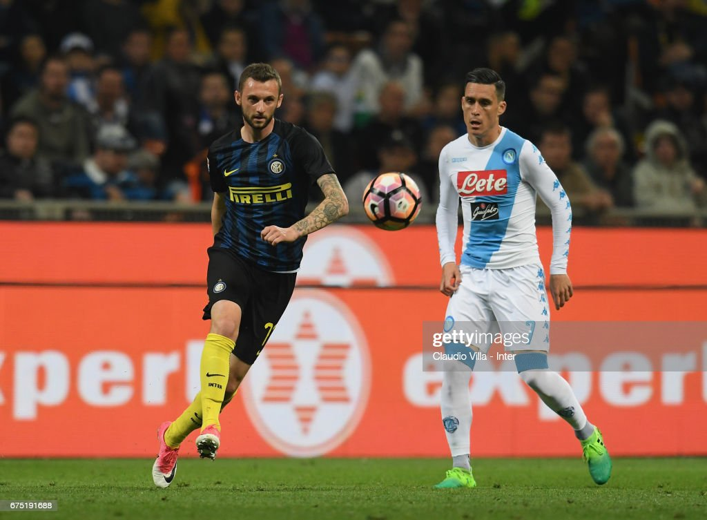 Marcelo Brozovic of FC Internazionale (L) competes for the ball with Jose Maria Callejon of SSC Napoli during the Serie A match between FC Internazionale and SSC Napoli at Stadio Giuseppe Meazza on April 30, 2017 in Milan, Italy.