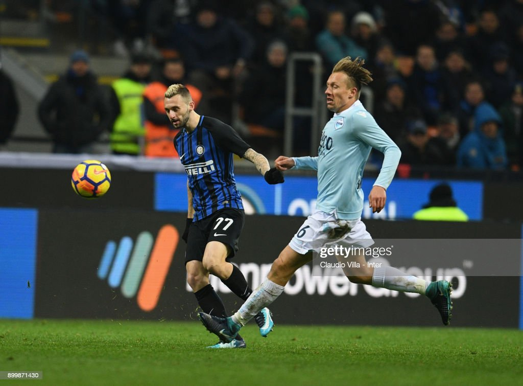 Marcelo Brozovic of FC Internazionale (L) competes for the ball with Lucas Leiva of SS Lazio during the serie A match between FC Internazionale and SS Lazio at Stadio Giuseppe Meazza on December 30, 2017 in Milan, Italy.