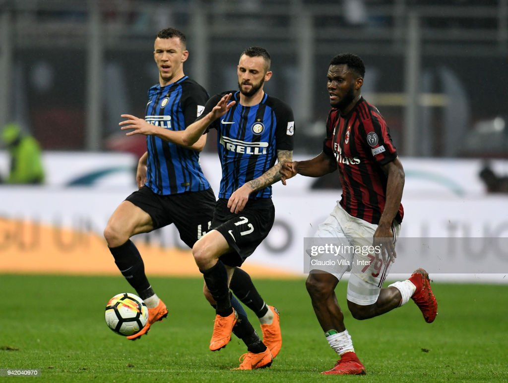 Marcelo Brozovic of FC Internazionale (C) in action during the Serie A match between AC Milan and FC Internazionale at Stadio Giuseppe Meazza on April 4, 2018 in Milan, Italy.