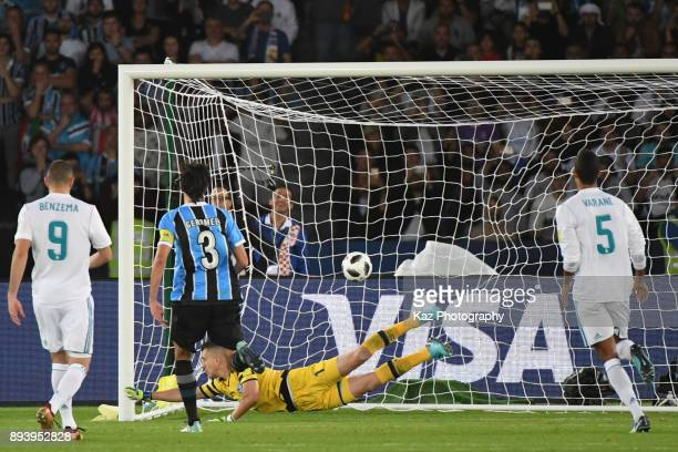 Marcelo Grohe of Gremio FBPA concedes the goal for the free kick by Cristiano Ronald of Real Madrid CF on December 16 2017 in Abu Dhabi United Arab...