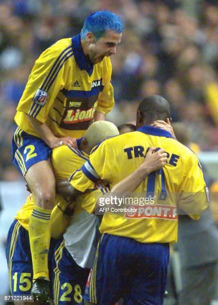Marcelo Luis Trapasso du FC Gueugnon est felicité par ses coéquipiers Amara Traoré et Johann Bouzin après avoir marqué le premier but du match...