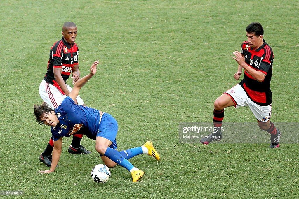Marcelo Moreno #18 of Cruzeiro struggles for control of the ball against Marcelo #13 and Víctor Cáceres #5 of Flemengo during a match between Flamengo and Cruzeiro as part of Brasileirao Series A 2014 at Maracana Stadium on October12, 2014 in Rio de Janeiro, Brazil.
