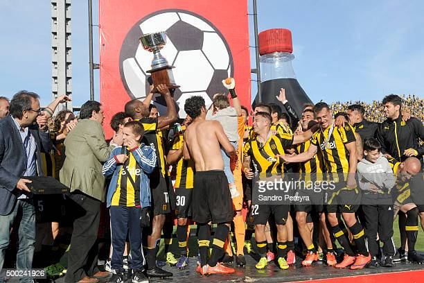 Marcelo Zalayeta of Pe–narol raises the trophy to celebrate their victory after a match between Penarol and Juventud as part of Torneo Apertura 2015...
