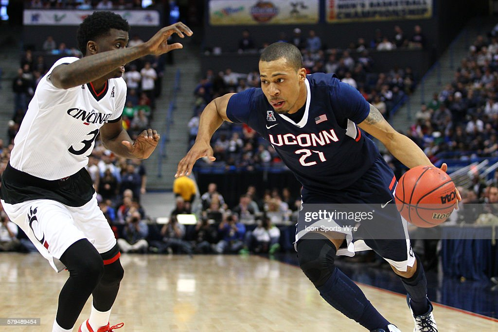 NCAA BASKETBALL: MAR 13 AAC Championship Ð Cincinnati v UConn : News Photo