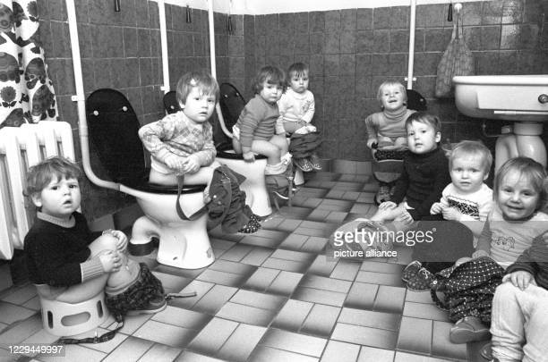 March 1984, Saxony, Hohenprießnitz: Pulling together - The little ones sit on their pots and small toilets in their recently renovated nursery in the...