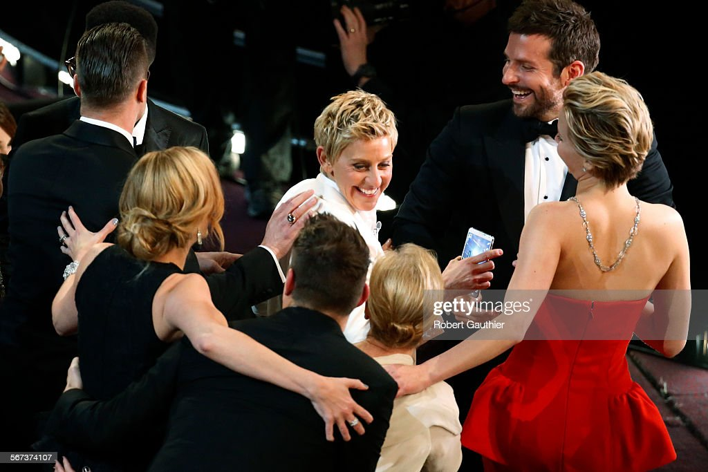 HOLLYWOOD, CA – March 2, 2014 Host Ellen DeGeneres shares a laugh with Oscar nominees after tak : News Photo