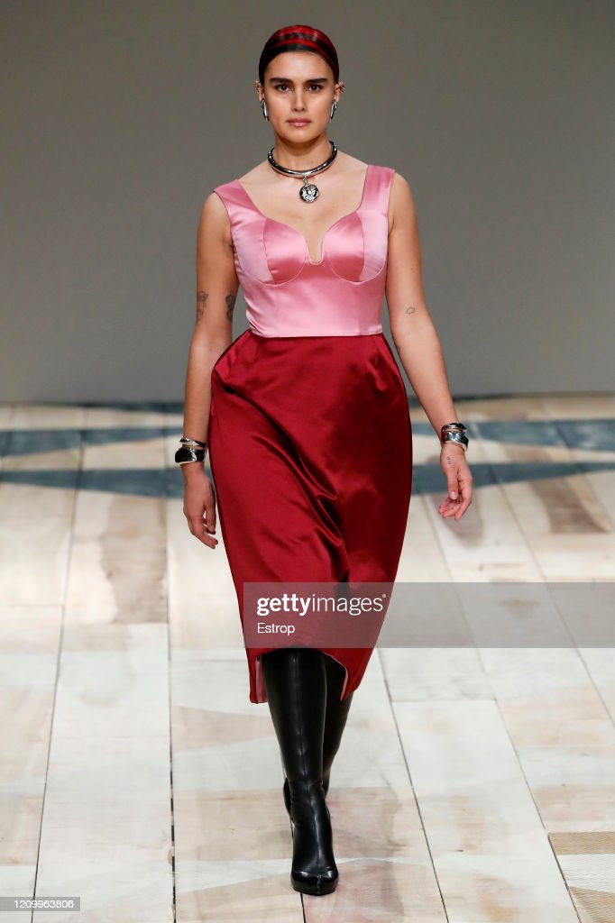 Alexander McQueen : Runway - Paris Fashion Week Womenswear Fall/Winter 2020/2021 : News Photo