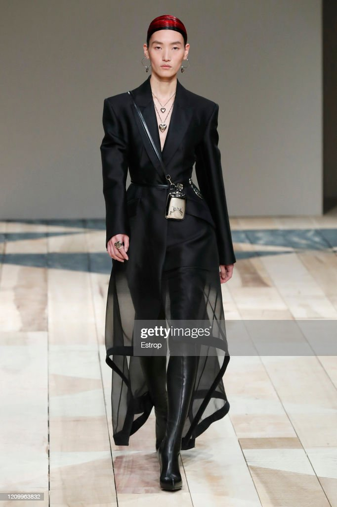 Alexander McQueen : Runway - Paris Fashion Week Womenswear Fall/Winter 2020/2021 : ニュース写真