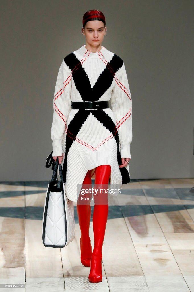 Alexander McQueen : Runway - Paris Fashion Week Womenswear Fall/Winter 2020/2021 : News Photo